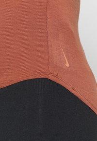 Nike Performance - W NK YOGA LUXE RIB TANK - Top - red bark/terra blush - 5
