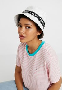 Tommy Jeans - LOGO TAPE BUCKET HAT - Chapeau - white - 1