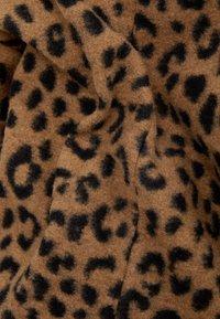 Bershka - MIT ANIMALPRINT - Manteau classique - brown - 5
