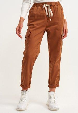 MIT BINDEDETAIL - Cargo trousers - antik lone