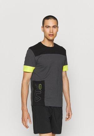 PAGAN BLOCKED TEE - T-shirt med print - asphalt/black/sulphur spring