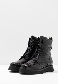 MJUS - Kotníkové boty na platformě - black - 4