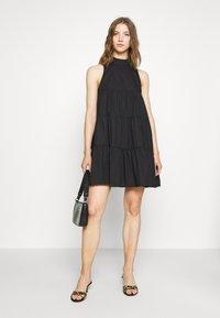 Missguided - POPLIN SLEEVELESS TIERED SMOCK DRESS - Vestido informal - black - 1