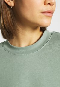 Weekday - HUGE CROPPED - Sweatshirt - sage green - 5