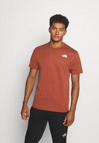 The North Face - REDBOX CELEBRATION TEE - T-shirt z nadrukiem - brown - 0
