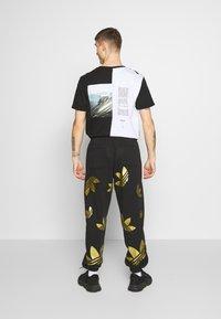 adidas Originals - PANT - Verryttelyhousut - black/plamet - 2