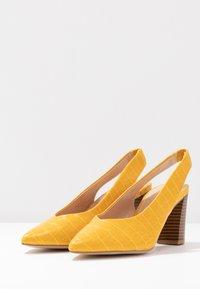 Dorothy Perkins - EMILY BLOCK HEEL SLINGBACK COURT - Tacones - yellow - 4