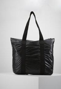 Rains - TOTE BAG RUSH - Velká kabelka - shiny black - 0