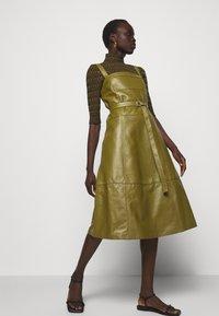 Proenza Schouler White Label - LIGHTWEIGHT BELTED DRESS - Robe d'été - military - 3