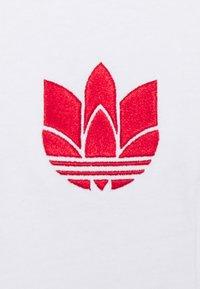 adidas Originals - TEE UNISEX - T-shirt imprimé - white/scarlet - 5