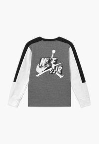 Jordan - JUMPMAN CLASSICS CREW - Sweatshirt - carbon heather - 1