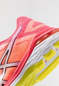 ASICS - GT-2000 7 - Zapatillas de running neutras - white/laser pink - 5