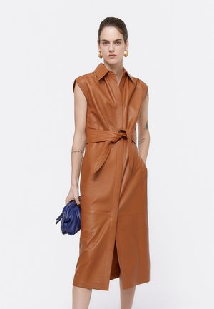 MIT GÜRTEL - Day dress - brown