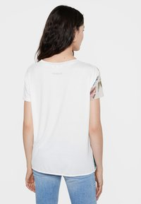 Desigual - EDIMBURGO - Print T-shirt - white - 2