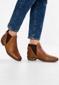 HUB - KIM - Ankle Boot - cognac - 0