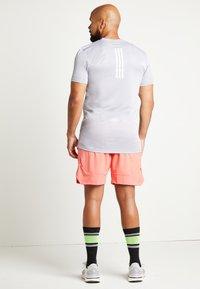 adidas Performance - HEAT.RDY TRAINING SLIM SHORT SLEEVE TEE - T-shirt med print - glow grey - 3