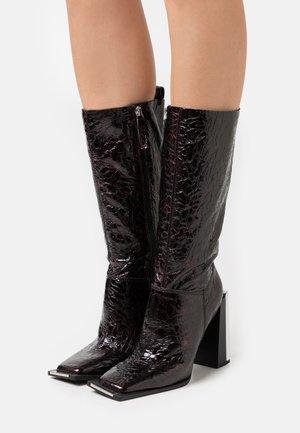 TANGO LEG HARDWARE BOOT - Kozačky na vysokém podpatku - burgundy