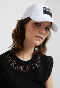 Versace Jeans Couture - VISOR LABEL - Keps - white - 4