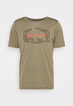 TERRA VALE™ TEE - T-shirt imprimé - sage roam hex