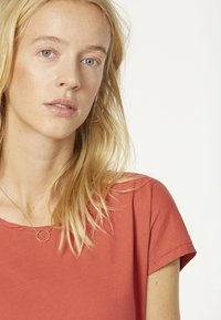 ARMEDANGELS - LAALE - Basic T-shirt - mineral red - 3