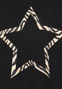 Dorothy Perkins Curve - STAR JUMPER - Strikkegenser - black - 4