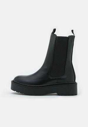VEGAN MAX COMBAT PLATFORM MIDI GUSSET BOOT - Kotníkové boty na platformě - black smooth