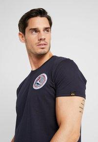Alpha Industries - T-shirt imprimé - blue - 3