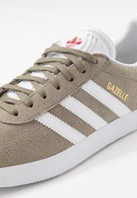 adidas Originals - GAZELLE - Sneakers basse - trace cargo/footwear white/glow red - 5