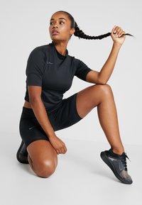 Nike Performance - AIR - T-shirts med print - black/thunder grey - 1