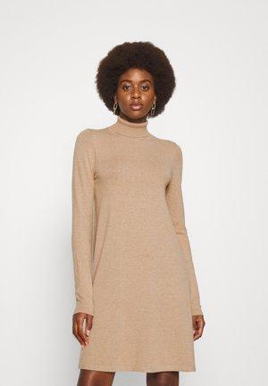 VMHAPPINESS ROLLNECK DRESS - Kampsunkleit - tobacco brown