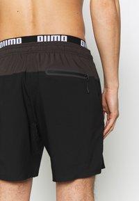 Puma - SWIM MEN LOGO MEDIUM LENGTH - Swimming shorts - black/grey - 3