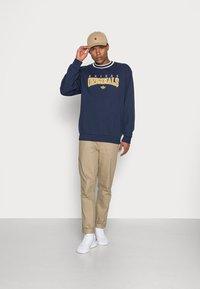 adidas Originals - SCRIPT CREW - Sweatshirt - navy - 1
