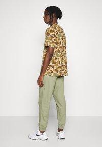New Look - CUFFED UTILITY TROUSER - Reisitaskuhousut - light khaki - 2