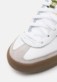 adidas Originals - JEANS UNISEX - Trainers - footwear white/collegiate green - 5