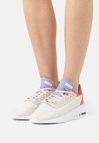 adidas Originals - EARTH RUNNER PRIMEBLUE SHOES - Matalavartiset tennarit - chalk white/core black/footwear white - 0