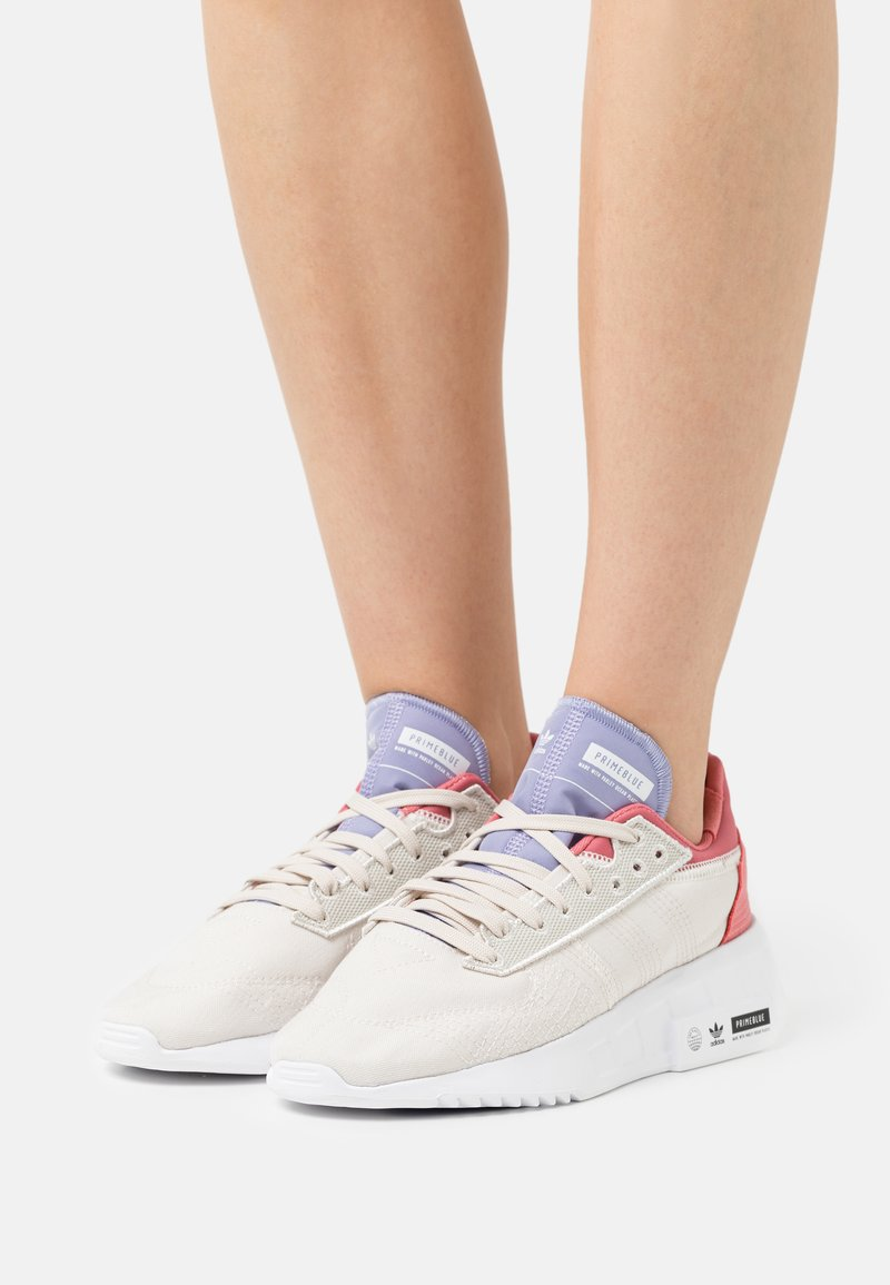 adidas Originals - EARTH RUNNER PRIMEBLUE SHOES - Matalavartiset tennarit - chalk white/core black/footwear white