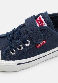 Levi's® - MAUI UNISEX - Trainers - navy - 5