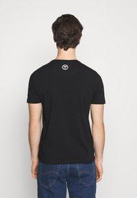 Carlo Colucci - BIG LOGO - Print T-shirt - black - 2