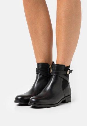 HARDWARE ON BELT BOOT - Kotníkové boty - black