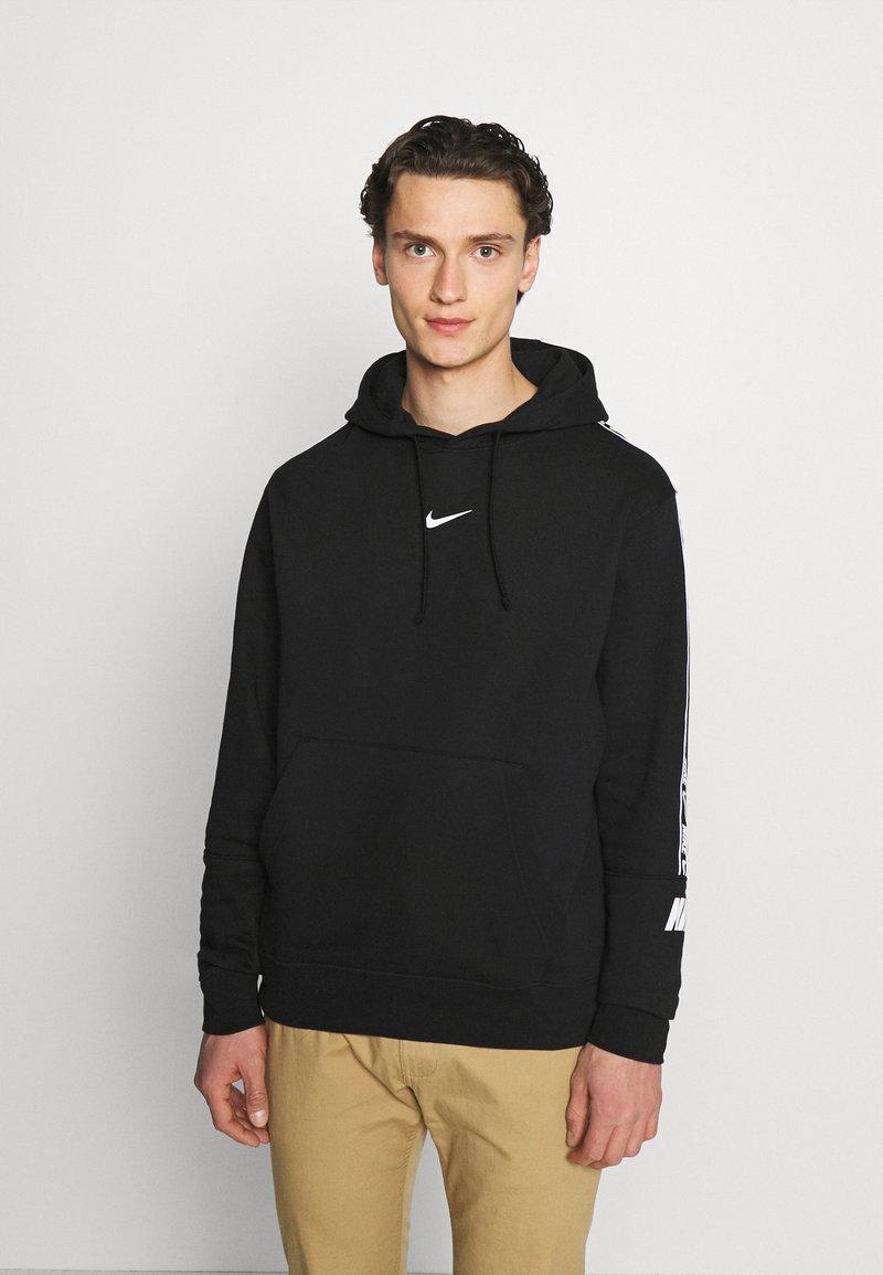 Nike Sportswear - REPEAT HOODIE  - Jersey con capucha - black/white