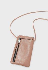 Stradivarius - SMARTPHONE-UMHÄNGETASCHE 00568001 - Across body bag - pink - 4