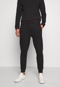 HUGO - DOAK - Teplákové kalhoty - black - 0
