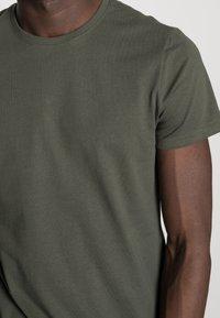 Pier One - 3 PACK - T-shirt basique - black/grey/green - 6