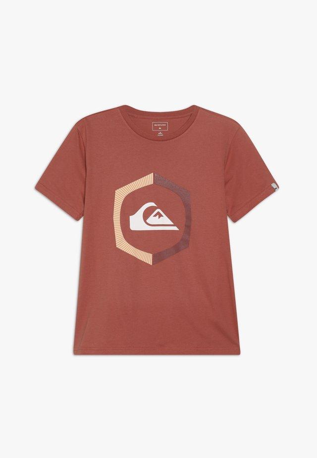 SURE THING - T-shirt print - redwood