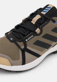 adidas Performance - TERREX SKYHIKER GORE-TEX - Fjellsko - beige tone/bold blue/core black - 5