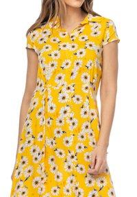 Tantra - MIT GÄNSEBLÜMCHENMUSTER - Shirt dress - amarillo - 3