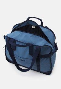 Reebok Classic - CLASSIC TAILORED PACKABLE GRIP SEASONAL UNISEX - Sportovní taška - blue slate - 2
