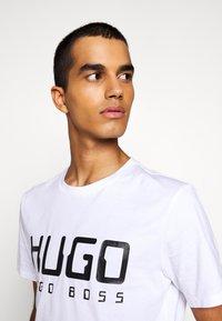 HUGO - DOLIVE - Potiskana majica - white - 3