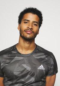adidas Performance - RESPONSE PRIMEGREEN RUNNING SHORT SLEEVE TEE - Print T-shirt - grefou/grefiv/gresix - 3