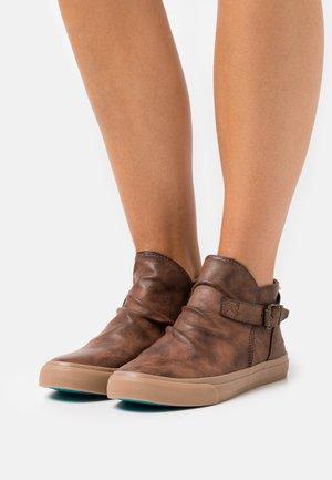 VEGAN MACHO - Sneaker high - whiskey cecilia